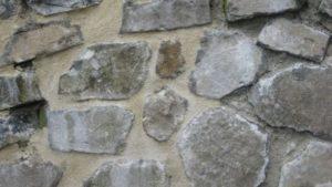 nouveau joint sur le mur en pierre