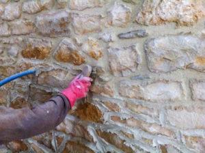 Dépoussiérage des pierres à la brosse